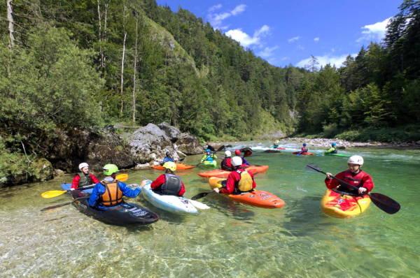 Der Wildwasser - Fortgeschrittenen - Kajakk - Kurs auf der Salza dauert zwei Tage. Die Technik wird verbessert und wir spielen mit dem Fluss!